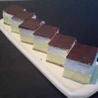 listové cesto, vanilkovým pudingom,vyšľahaná smotana, na vrchu plátok čokolády