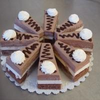čokoládové  cesto, tvaroh, smotana s kakaom, čokoláda