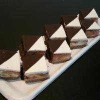 zmes piškóty, punču, ovocia obalená v marcipáne a omočená v čokoláde