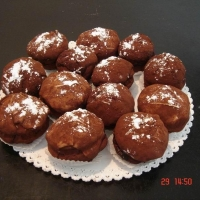 piškóty spojené čokoládovým krémom, obalený v marcipáne, posypané kakaom
