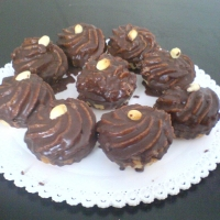 linecké cesto,  orechovo-punčová zmes, poliaty čokoládou s orieškom navrchu.