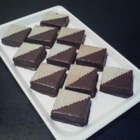 oplátka s vareným karamelom a orechami v strede, omočené na polovicu v čokoláde