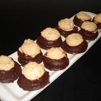 kokoska lepená lekvárom a čokoládovým alebo orechovým krémom s lineckým cestom, omáčaná v čokoláde.