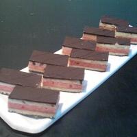 piškótové cesto s punčom, vanilkový krém s plátkami čokolády na hornej a dolnej strane rezu