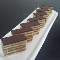 piškótové cesto s čokoládovou plnkou, poliaty čokoládou.