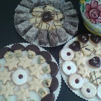 tvary lineckých koláčikov a kokosové ježe-medové cesto obalované v čokoláde a kokose